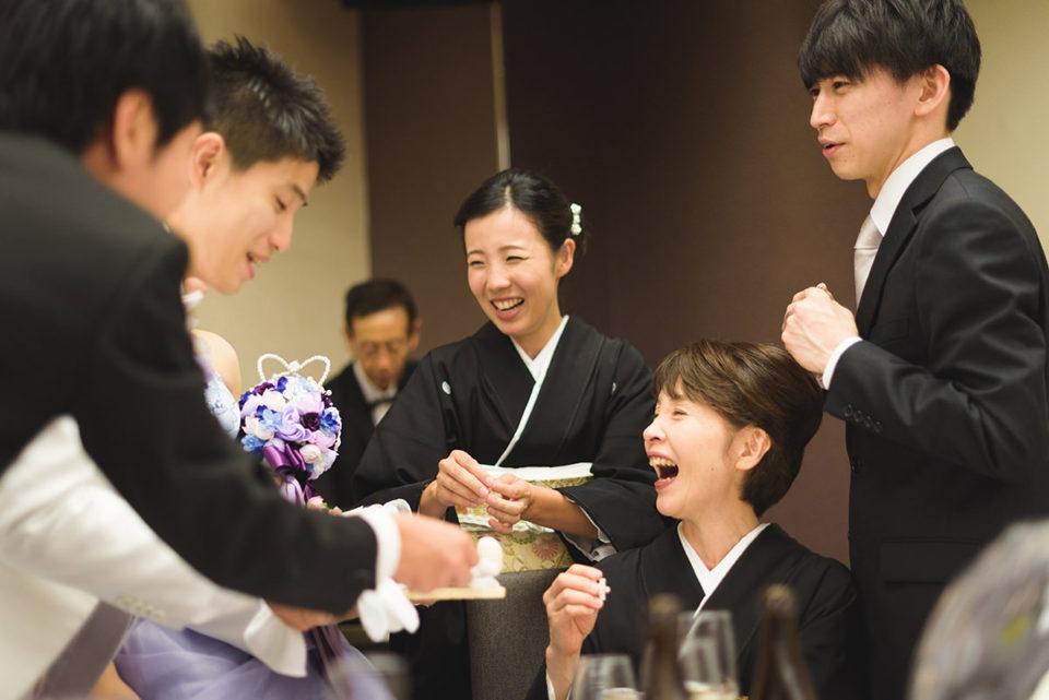 新郎新婦と大笑いする家族