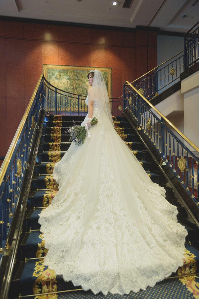 ウェスティンホテル東京の大階段での新婦の後ろ姿
